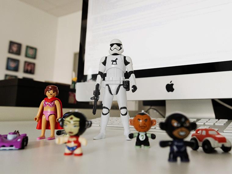 Mehrere Spielzeugsuperhelden sind zu einem Team aufgestellt und schauen in die Kamera.